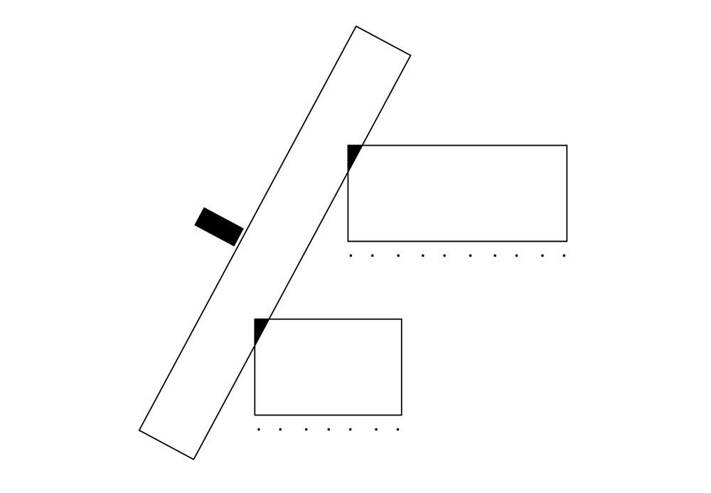 allenarchitettura - SCUOLA MATERNA A FERNO Volumi di diversa altezza rivestiti da gigantografie colorate che amplificano la vita quotidiana ospitano gli spazi collettivi e di servizio della scuola. Questi volumi si dispongono parallelamente alla via pubblica e ai parcheggi a difendere gli spazi più protetti destinati ai bambini. L'ingresso dall'esterno avviene attraverso un breve tunnel/camera di decompressione vetrato che abitua a un cambio di dimensione. I corpi delle aule scelgono un diverso orientamento, si dispongono nello spazio verde e silenzioso lontano dalla strada e rivolgono le loro superfici vetrate a sud protette da un leggero porticato in acciaio zincato con tende per il controllo solare.