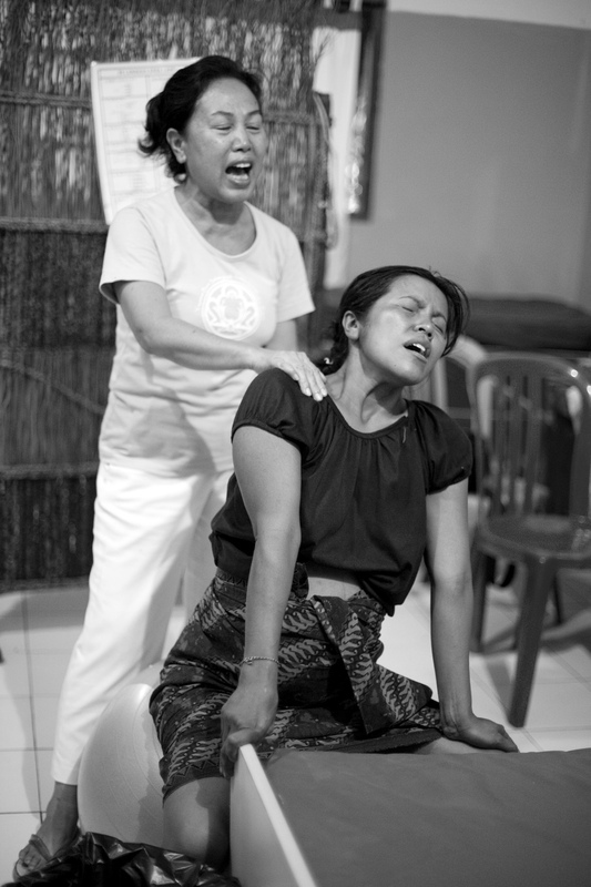 Virginie Noel Photography - The midwife encourages Made in her vocal release to deal with the increasing pain. Midwives at Bumi Sehat support the mothers-to-be with respect, wisdom and love.