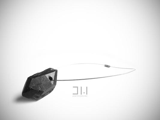 Jolanta Wołowiec - naszyjnik wykonany z ręcznie szlifowanego węgla zawieszony na stalowej lince