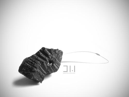 Jolanta Wołowiec - naszyjnik wykonany z ręcznie szlifowanego węgla zawieszony na stalowej lince /niedostępny