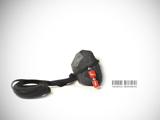 Jolanta Wołowiec - naszyjnik/ bransoletka wykonana z ręcznie szlifowanego węgla ozdobiona koralem naturalnym (NW0012) - 139zł