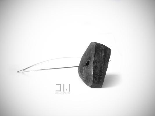 Jolanta Wołowiec - naszyjnik wykonany z ręcznie szlifowanego węgla zawieszony na stalowej lince - /niedostępny