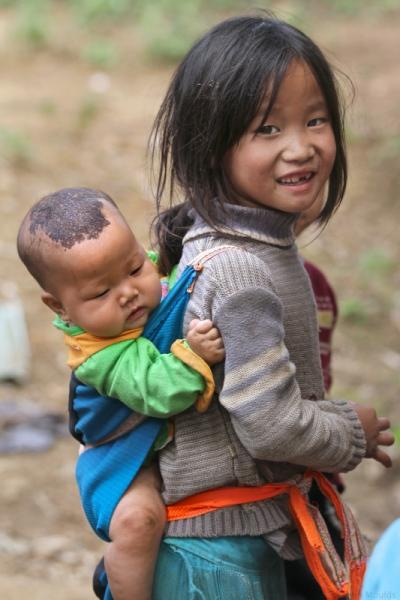 face of vietnam - Em Vang Thi Song and sibling in Lung Lu Commune Dong Van, Ha Giang