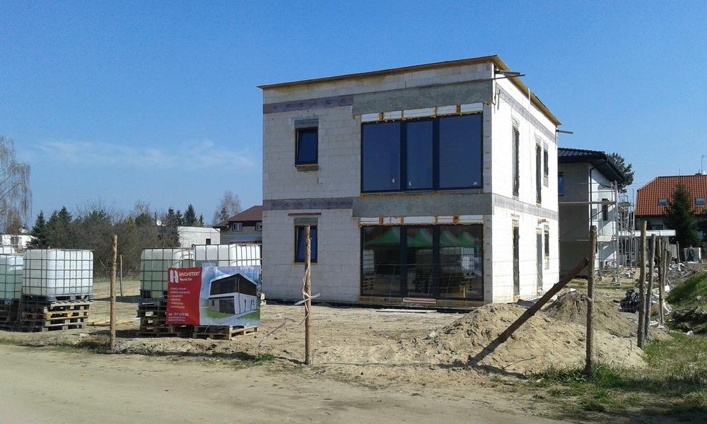 Architekt Maciej Hyz - Elewacja od ogrodu - zdjęcie z budowy, kwiecień 2015 r.