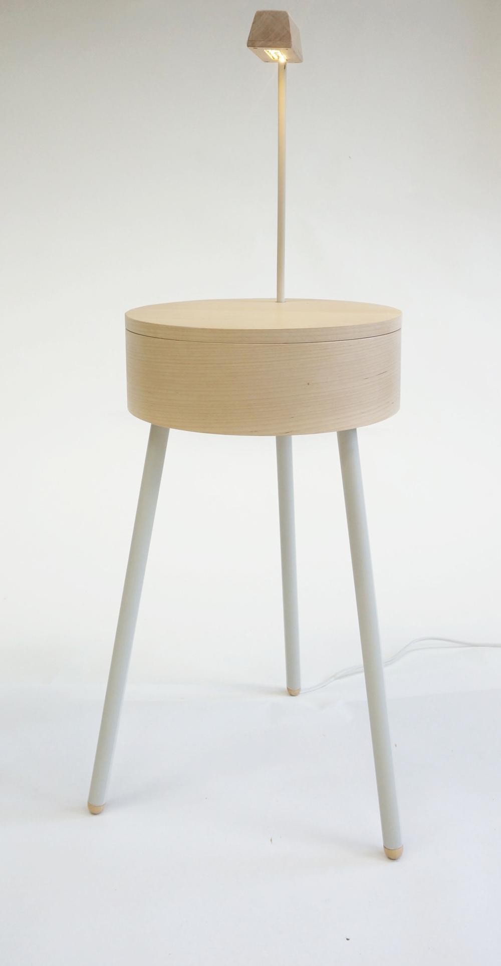 Dackelid Form - Nattygsbordet har en ren design med dold förvaring och en läslampa