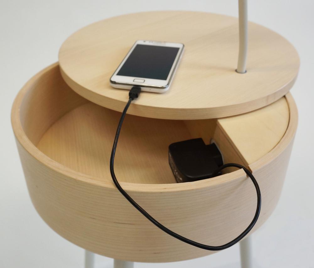 Dackelid Form - Inuti lådan finns plats för småsaker och två eluttag för laddning av telefon ect