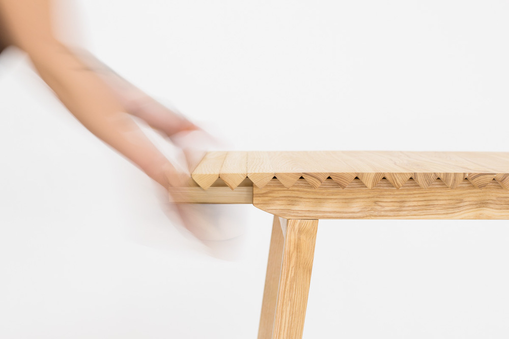 Dackelid Form - To extend the table you grab the handle under the wooden cloth and drag it towards you. To contract it, just push and roll the side.