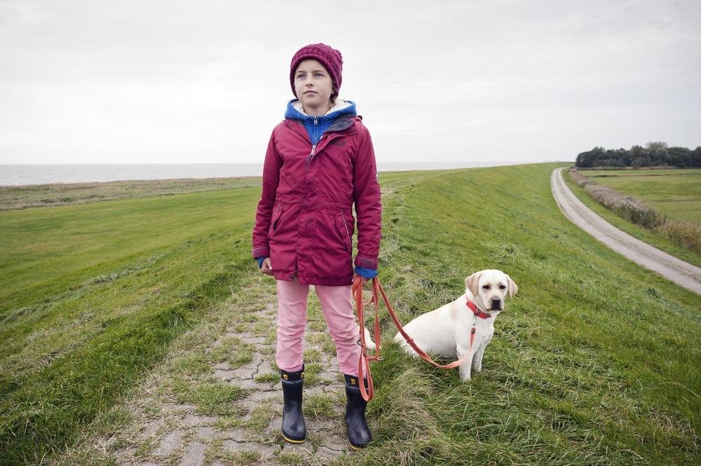 Fotografin Hamburg Reportage Portrait Reise Editorial Corporate Werbung Photography - A walk along the dike with Nala