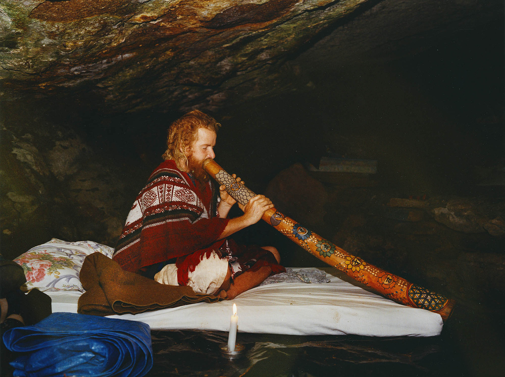 Fotografin Hamburg Reportage Portrait Reise Editorial Corporate Werbung Photography - Tenasi, in a cave,playing the didgeridoo, Costa Rica