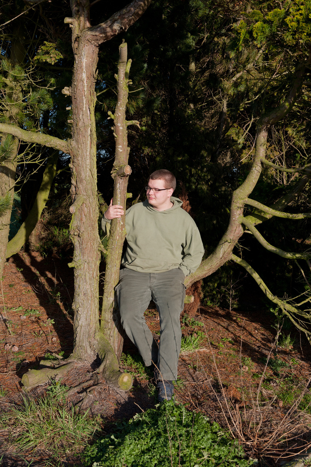 Fotografin Hamburg Reportage Portrait Reise Editorial Corporate Werbung Photography - Paul, the oldest, in a tree of the garden of the new house