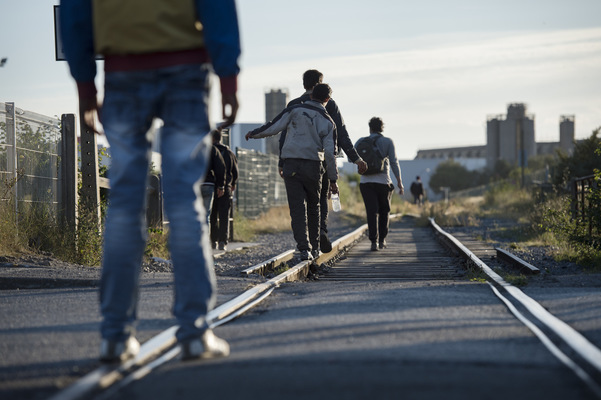 Photographer Anna Tärnhuvud - Refugees in Calais walking to the tunnel that will take them to England. Aftonbladet