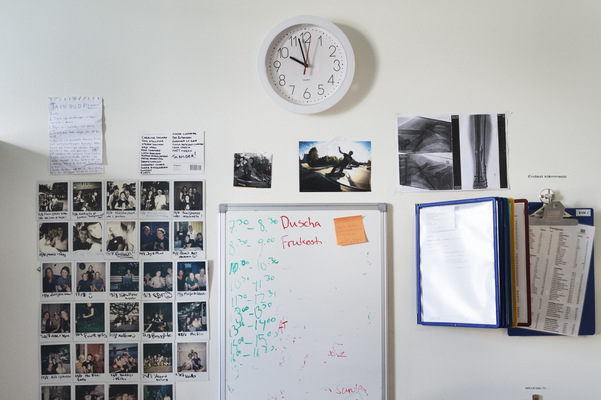 Photographer Anna Tärnhuvud - On the wall of Malins room is the schedule for the day, but she does not remember what she has to do. To the left photographs are of those who visited her and what she has done, so that she will remember.