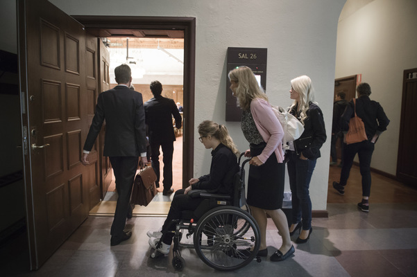 Photographer Anna Tärnhuvud - On the way into the courtroom she meets the man who put her in a wheelchair. I feel nothing at all, says Malin about that meeting.