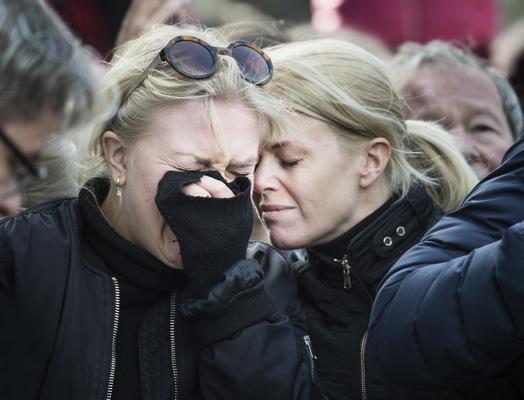Photographer Anna Tärnhuvud - Åsa Hellström ger tröst åt dottern Emma, som inte kunde få stopp på tårarna under manifestationen på Sergels torg två dagar efter terrorattentatet. För oss som så många andra betydde manifestationen väldigt mycket, att få vara på Segels torg och sörja med övriga Sverige och även att inbringa hopp i våra barn och ungdomar om att det finns kärlek i världen, säger Åsa efteråt.