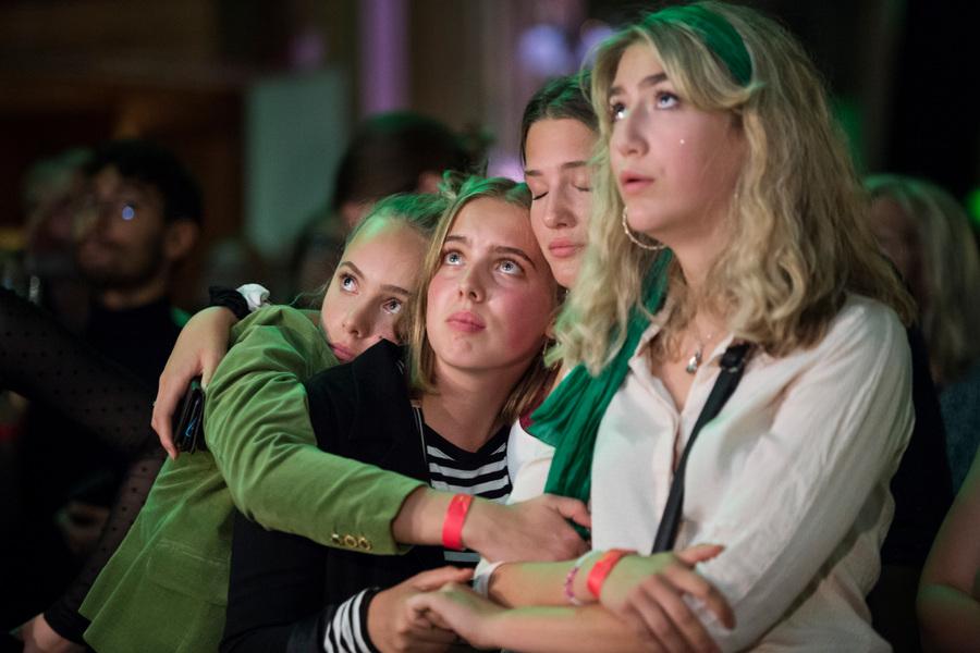 Photographer Anna Tärnhuvud - Freya Lindqvist, Linn Borseman, Alma Rivarola Baraibar och Frankie Lindstedt Grahn från Grön Ungdom har jobbat hårt för att pratat med människor om klimat och miljöfrågor och vår ohållbara livsstil. När de dåliga resultaten för Miljöpartiet redovisas på valvakan kan de inte dölja sin förtvivlan och oro för framtiden. 2018-09-09 för Aftonbladet.