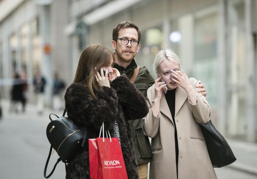 Photographer Anna Tärnhuvud - Tommy Nederman är på väg från ett möte i centrala Stockholm när han plötsligt möts av flyende människor och poliser med dragna vapen. Hans första tanke är att se om han kan hjälpa till. På vägen mot Drottninggatan passerar människor med blickar han aldrig glömmer. När jag tog den här bilden hjälper han två unga kvinnor att ta sig i säkerhet. Bilden utsågs senare 2018 till Årets Bild.