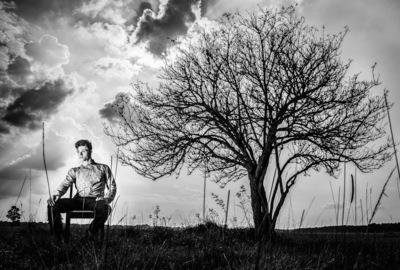 marc reimann fotograf in münchen - Schauspieler Portrait, headshot, nick romeo reimann under a tree