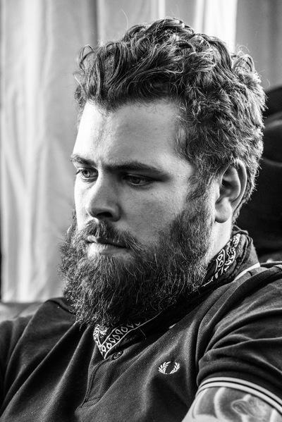 marc reimann fotograf in münchen - black & white portrait of a bearded and tattooed man