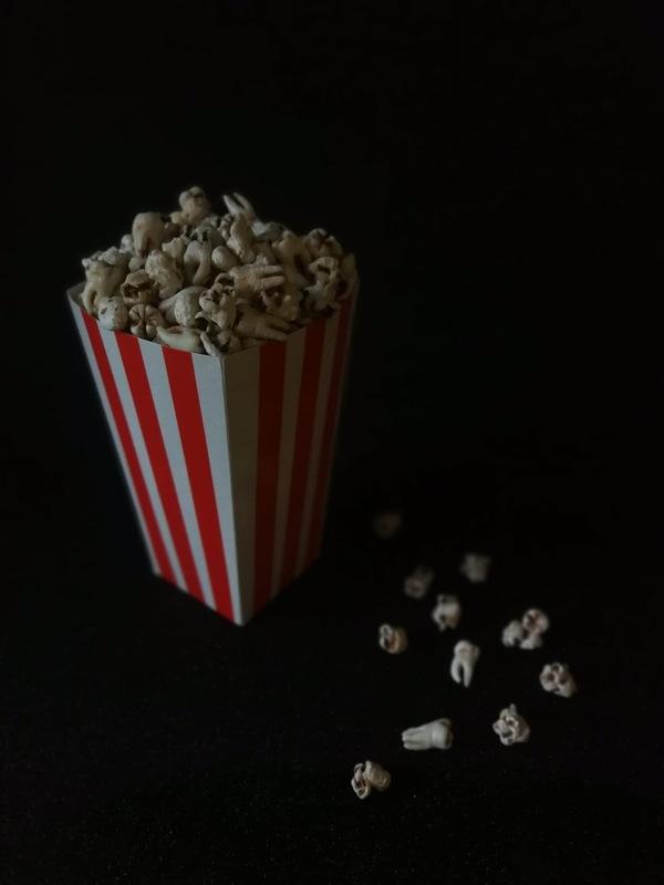 agnesbovis - Le popcorn de Luis issu de la série de sculpture Étrangeté sucrée En hommage à Luis Buñuel... 🍿