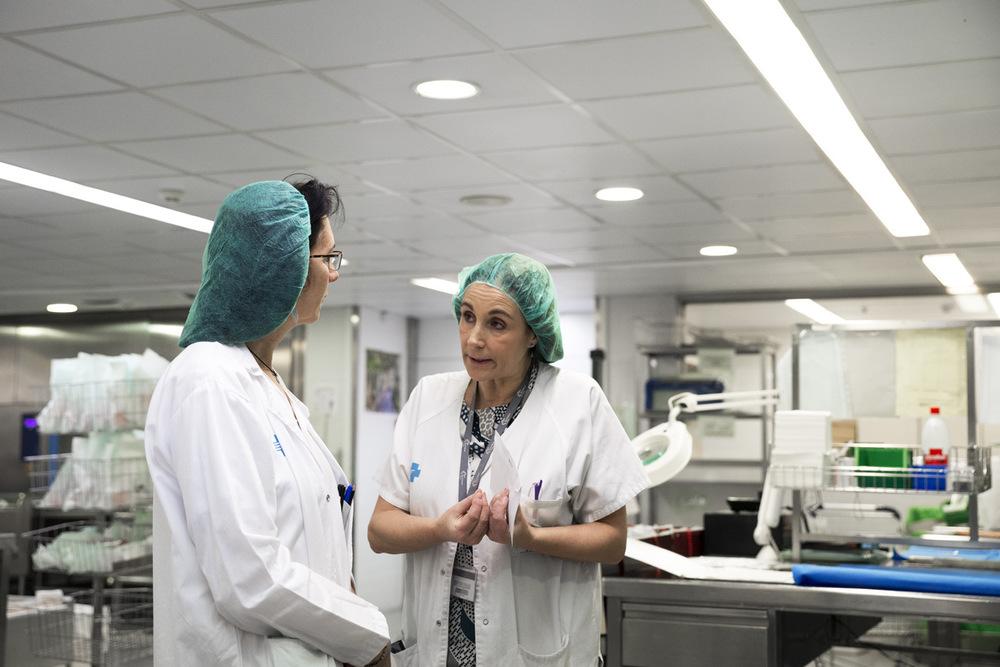 nicolascarvalhoochoa - Carmen visita con frecuencia la sala de esterilización para controlar que todo el equipo de herramientas y materiales necesarios para los operaciones quirúrgicas esté completo y desinfectado para poder contar con ellos de un momento a otro.