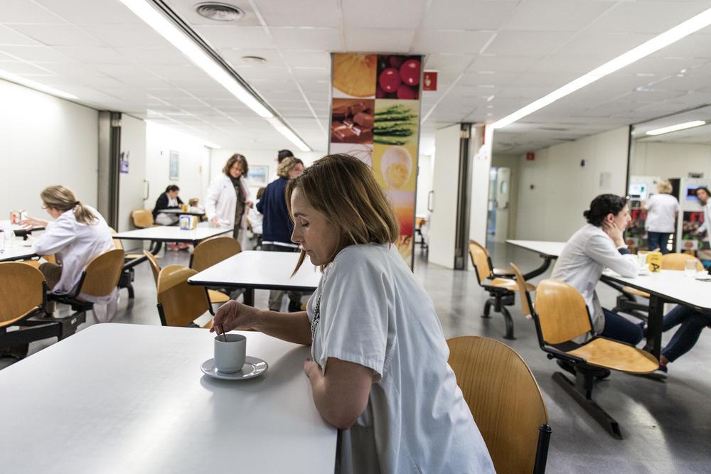 nicolascarvalhoochoa - Carmen Vallés, supervisora de trasplantes y enfermera quirúrgica del Hospital Universitario Vall dHebron, bebe por la mañana un café en el comedor del hospital médico mientras se encuentra en guardia a la espera de un potencial donante. Durante la mayoría de las semanas, Carmen está 6 de 7 días en guardia, tanto en el centro hospitalario como en su casa.