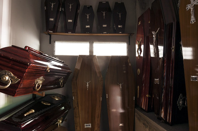 nicolascarvalhoochoa - Coffins organized at the exhibition room of the funeral home. The prices of the complete funeral services, from beginning to the end, used to start from 5.800 argentinean pesos (600 euros) until a maximun of 12.000 argentinean pesos (1500 euros), depending the type of wood of the coffins and their set of tweaks and additions.