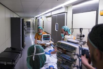 nicolascarvalhoochoa - Parte del cuerpo médico traslada al adolescente recién operado a la sala de reanimación tras el implante de corazón que llevó un total de 9 horas de cirugía. Los padres tienen la oportunidad de verlo por menos de un minuto en una sala común antes de proseguir con el tratamiento.