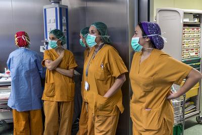 nicolascarvalhoochoa - Carmen observa junto a un grupo de enfermeras el trabajo de los cirujanos y asistentes luego de más de 4 horas de trabajo en el implante del corazón. Hay días que las operaciones pueden reaccionar de forma no esperada y Carmen puede trabajar horas y días de forma continuada si es que además aparecen nuevos potenciales donantes.