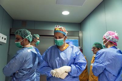 nicolascarvalhoochoa - Los cirujanos y parte del cuerpo médico esperan en una sala quirúrgica aledaña por la despedida de los familiares y la consecuente desconexión de la ventilación asistida. Al certificar la muerte del paciente al cabo de unos minutos, el resto de los médicos vuelven a la sala para proceder con la extracción de los riñones.