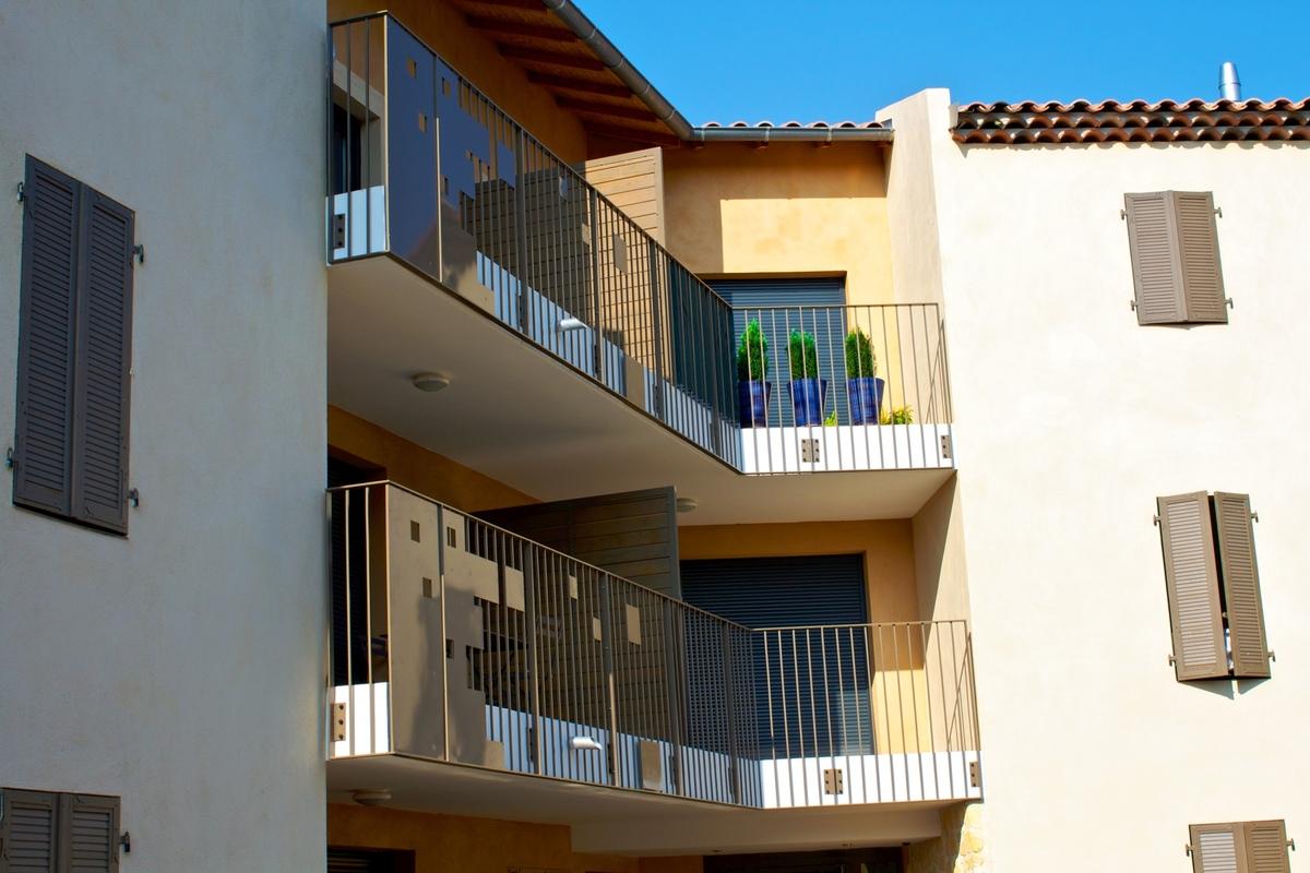 Architecte Marseille - Agence Elbaz Architecture à Marseille (13007) - Les loggias et balcons sont traités avec des serrureries de la même couleur, accentuant le graphisme des gardes corps. Les toits sont dotés de génoises doubles.