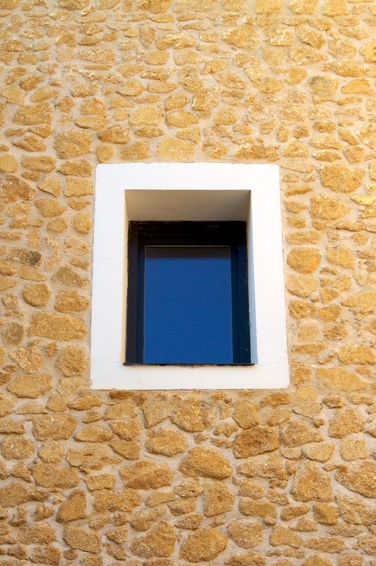 Architecte Marseille - Agence Elbaz Architecture à Marseille (13007) - Nous avons réutilisé les pierres du site, de couleur mordoré pour réalisernos murets de soubassement et marquer les entrées. Chaque entrée est accompagnée jusqu'à l'intérieur des halls d'immeublepar des murets en pierre pour perpétuer l'esprit des bâtiments actuels.L'architecture est régionaliste et contemporaine, élégante, raffinée.