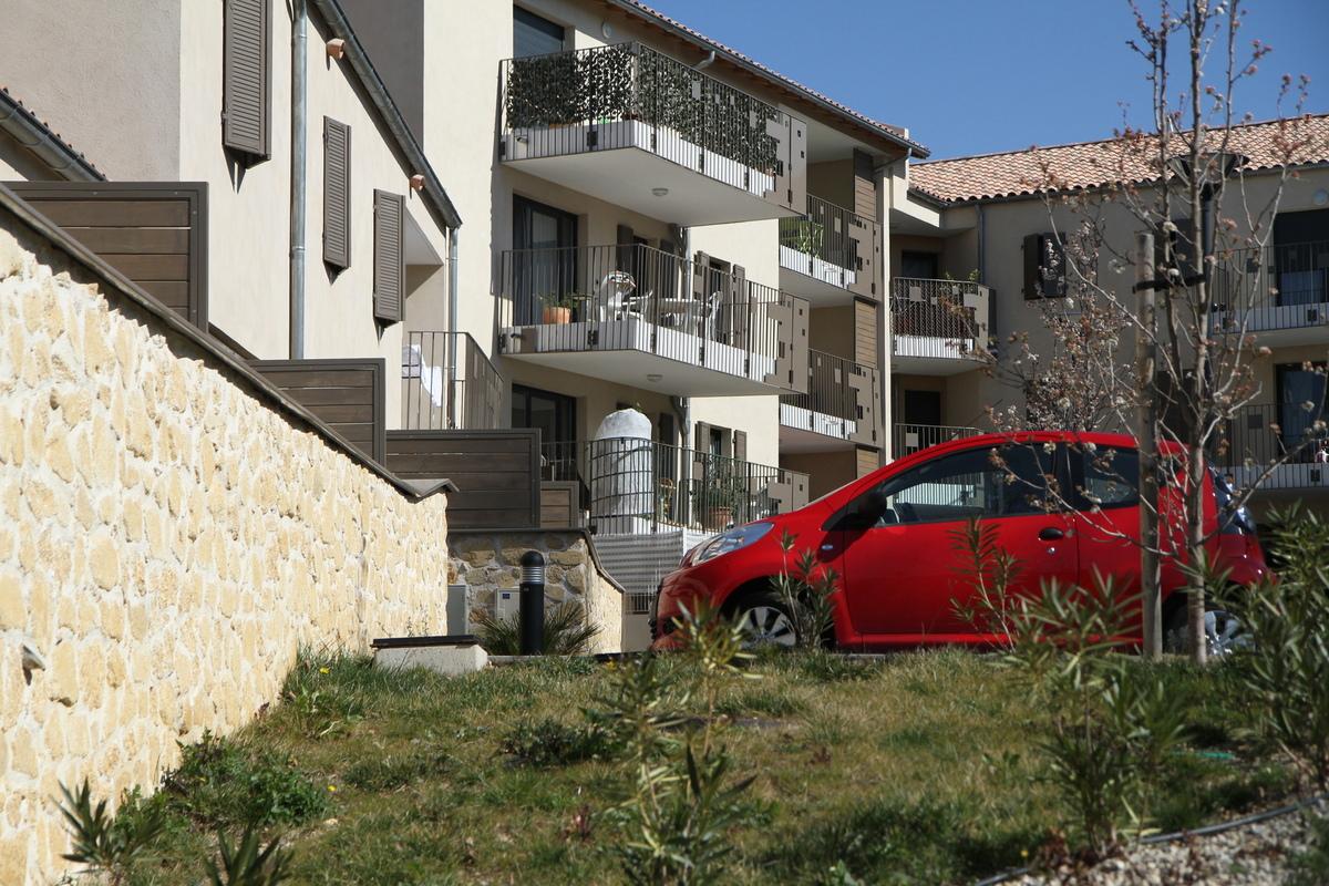 Architecte Marseille - Agence Elbaz Architecture à Marseille (13007) - Le projet, labélisé BBC et HQE propose des matériaux naturels, avec une utilisation importante de bois, pour les charpentes, les volets, les séparatifs,une isolation renforcée, une chaufferie collective au gaz naturel, ainsi qu'un préchauffage solaire de l'eau, grâce à l'utilisation de panneaux solaires en toiture.