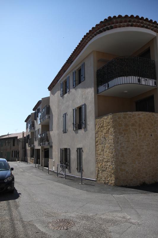 Architecte Marseille - Agence Elbaz Architecture à Marseille (13007) - Il en reprend les matériaux déjà présents sur le site, notamment la pierre, pour créer des soubassements, ou encore afin de marquer les entrées.