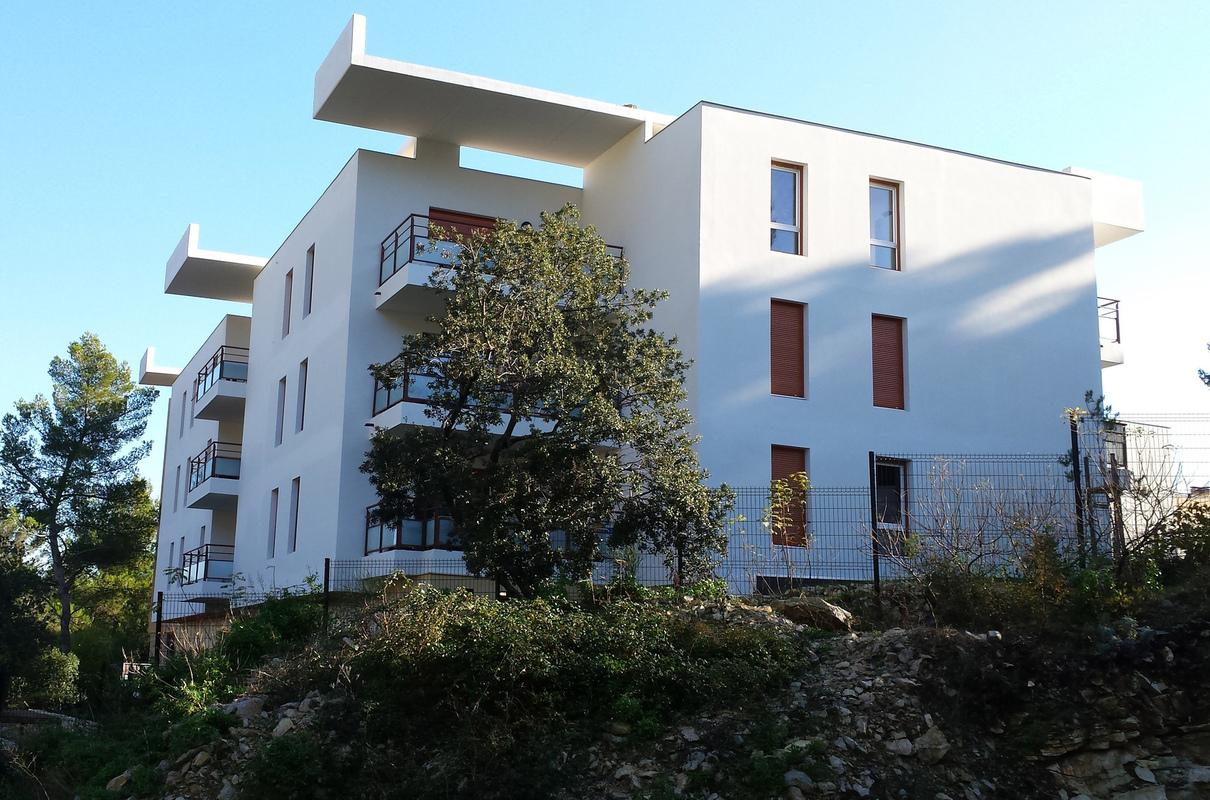 Architecte Marseille - Agence Elbaz Architecture à Marseille (13007) - L'opération se situe sur les Hauts de Carnoux en Provence, dans un quartier à caractère résidentiel, principalement pavillonnaire, hormis un bâtiment de logements collectifs R+3 de 75 m de long des années 60.