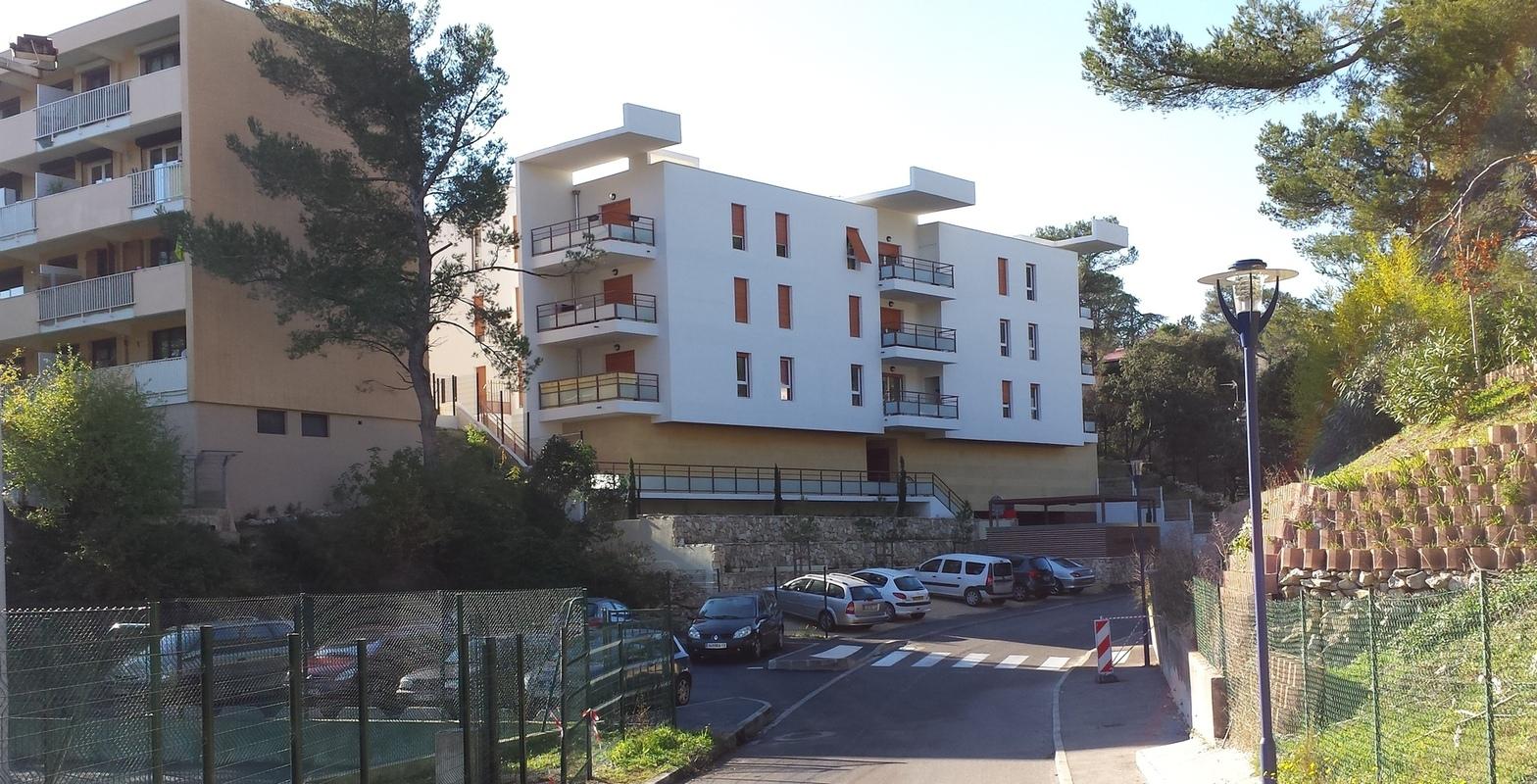 Architecte Marseille - Agence Elbaz Architecture à Marseille (13007) - De large casquettes en porte-à-faux terminent le bâtiment, et protègent les larges terrasses des logements. Elles sont la signature du bâtiment à l'échelle du lointain, et étonnent les passants qui lèvent la tête, par leur blancheur découpant le ciel.