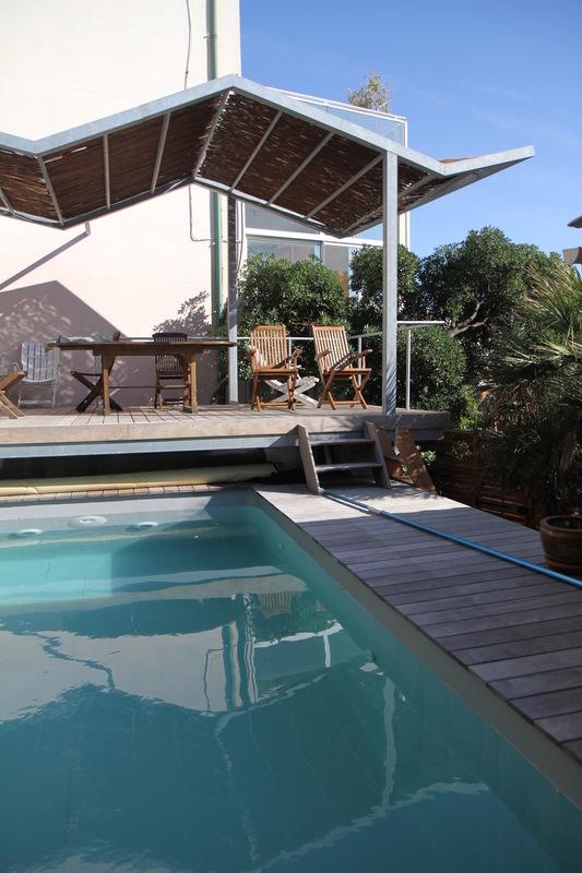 Architecte Marseille - Agence Elbaz Architecture à Marseille (13007) - Sur la terrasse, on retrouve le même teck qui traite les abords de la piscine qui n'a pas de margelle, elle est intégrée. Le mobilier est dessiné sur mesure, réalisé en placage bois.