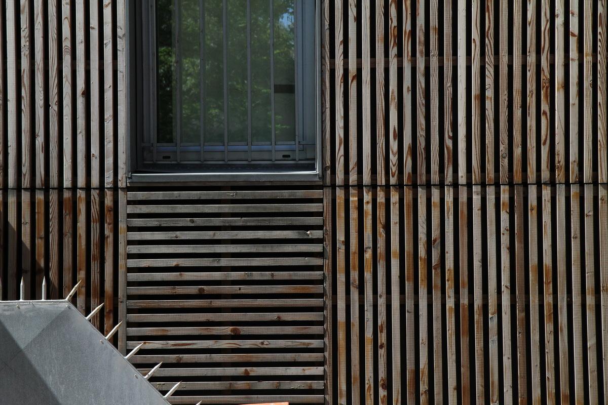 Architecte Marseille - Agence Elbaz Architecture à Marseille (13007) - Plus près, on remarque le réglage fin des détails : fixations invisibles, parepluie noir sous le bois, renforçant la préciosité de la texture naturelle du bois, encadrements de fenêtres avec des plaques de zinc.