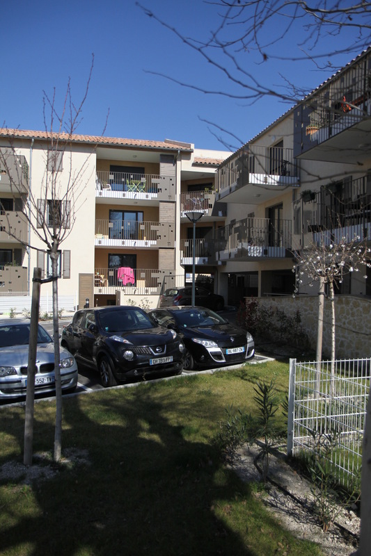 Architecte Marseille - Agence Elbaz Architecture à Marseille (13007) - Les façades présentent des décrochés qui permettent de créer des nuances et des jeux d'ombre grâce aux loggias sur les volumes principaux, et permettent aussi de réduire l'échelle du bâtiment.