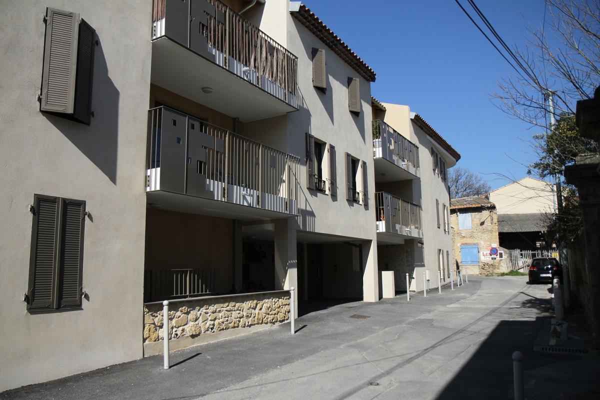 Architecte Marseille - Agence Elbaz Architecture à Marseille (13007) - Les entrées du bâtiment sont marquées par des murs de pierre, serties dans du béton. L'accès véhicule est marqué par un portail en serrurerie reprenant le dessin des gardes corps.