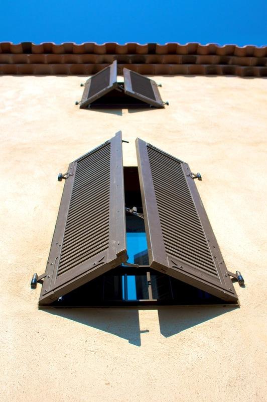 Architecte Marseille - Agence Elbaz Architecture à Marseille (13007) - Les volets sont des persiennes en bois lasuré couleur taupe.