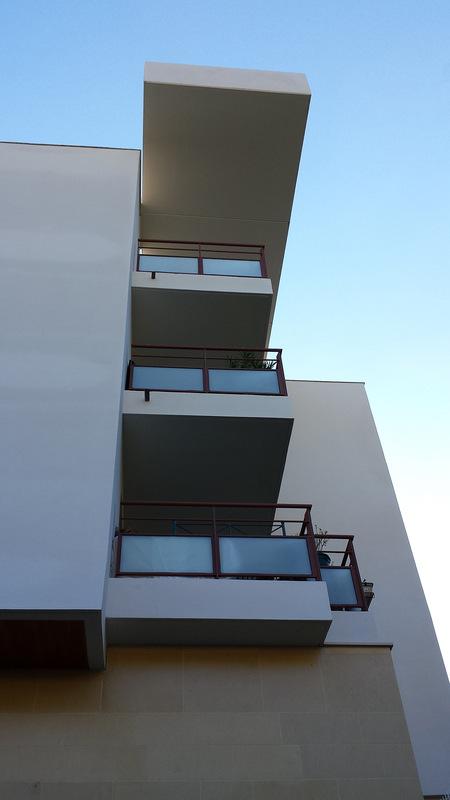 Architecte Marseille - Agence Elbaz Architecture à Marseille (13007) - Nous avons calé la coupe, afin de « poser » le bâtiment sur le fait de la colline en développant une promenade à partir d'escaliers et coursives suspendues à travers les restanques pour accéder à pied aux logements