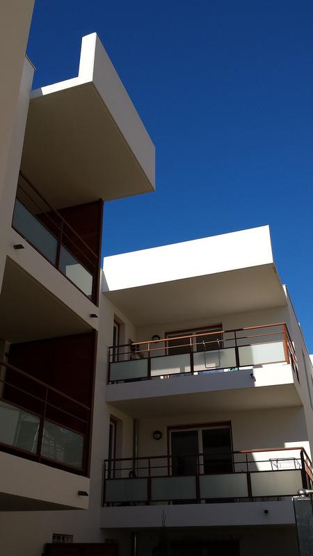 Architecte Marseille - Agence Elbaz Architecture à Marseille (13007) - Nous y avons apporté des touches plus contemporaines en traitant des volets bois en red cedar persiennes oscillo-battants, permettant de ventiler des appartements l'été tout en se protégeant du soleil.