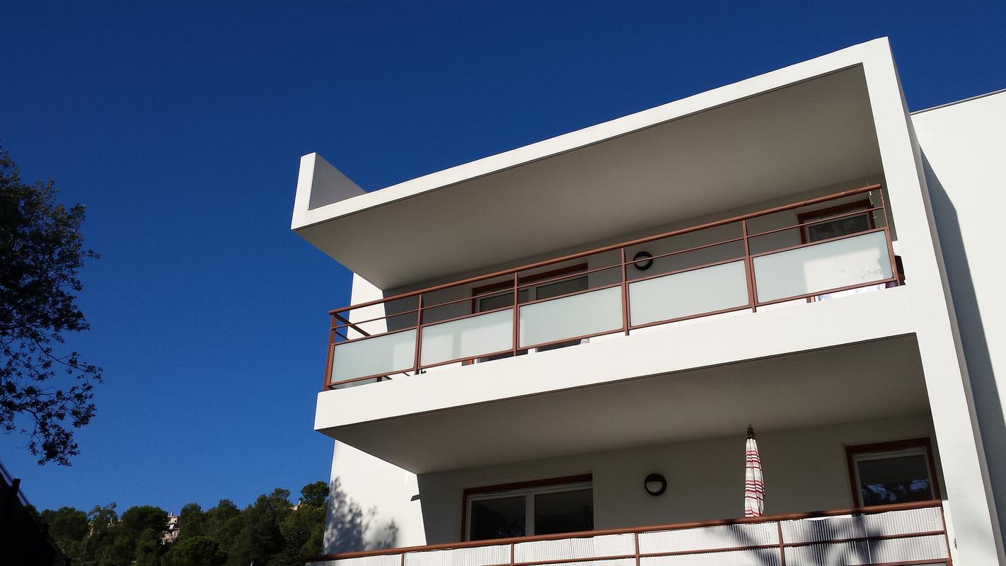 Architecte Marseille - Agence Elbaz Architecture à Marseille (13007) - Notre toiture est végétalisée afin d'intégrer le bâtiment depuis les rues surplombantes.
