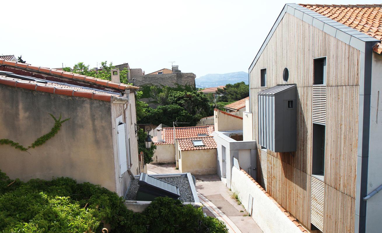 Architecte Marseille - Agence Elbaz Architecture à Marseille (13007) - De loin, c'est une masse désormais racée, une façade marquée par des bois debout verticaux, encadrée par du zinc.