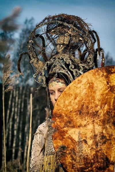 Maantyttäret - drum from elk skin, collored with willow bark