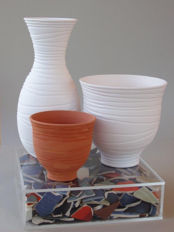 Krukmakeri & Textilverkstad - Kärlfamilj I, porslin och lergodskärl, skärvor i plexilåda