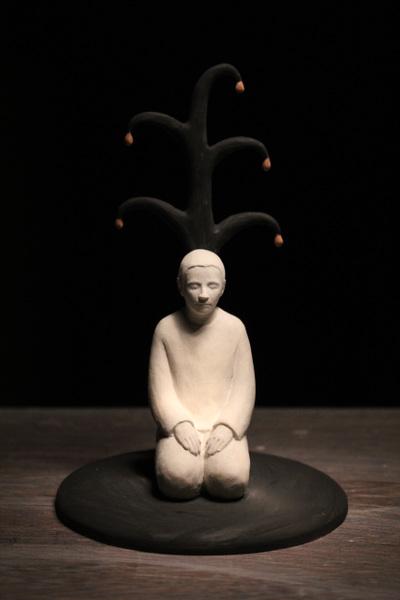 Lina Eriksson-keramikkonstnär - Man vid träd. 2016 Porcelain. H:13cm