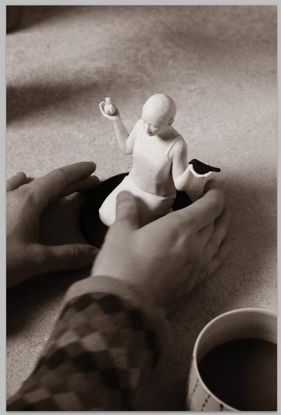 Lina Eriksson-keramikkonstnär - Black and white bird. 2016. Porcelain. H:12cm