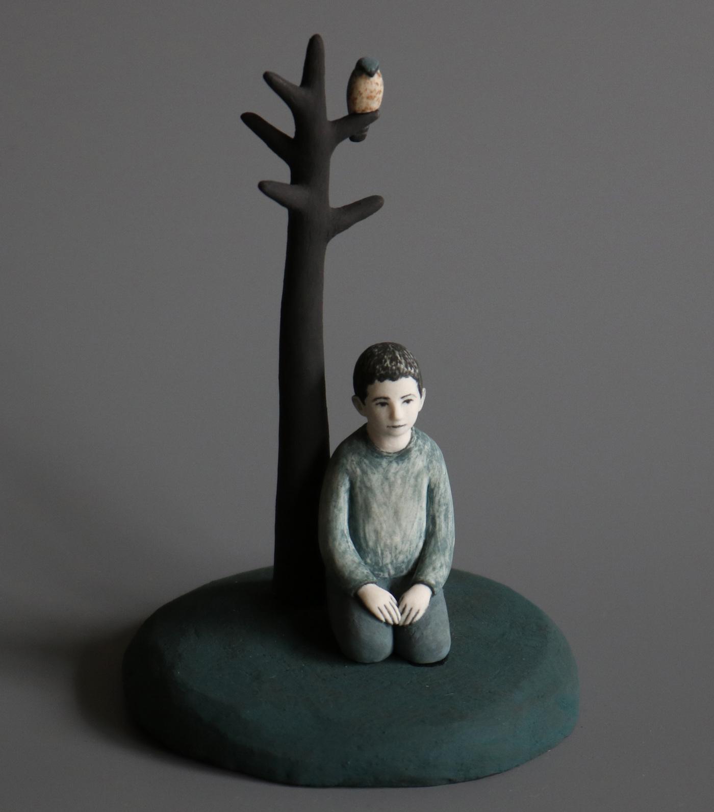 Lina Eriksson-keramikkonstnär - Boy and merlin. Porcelain. H:16cm