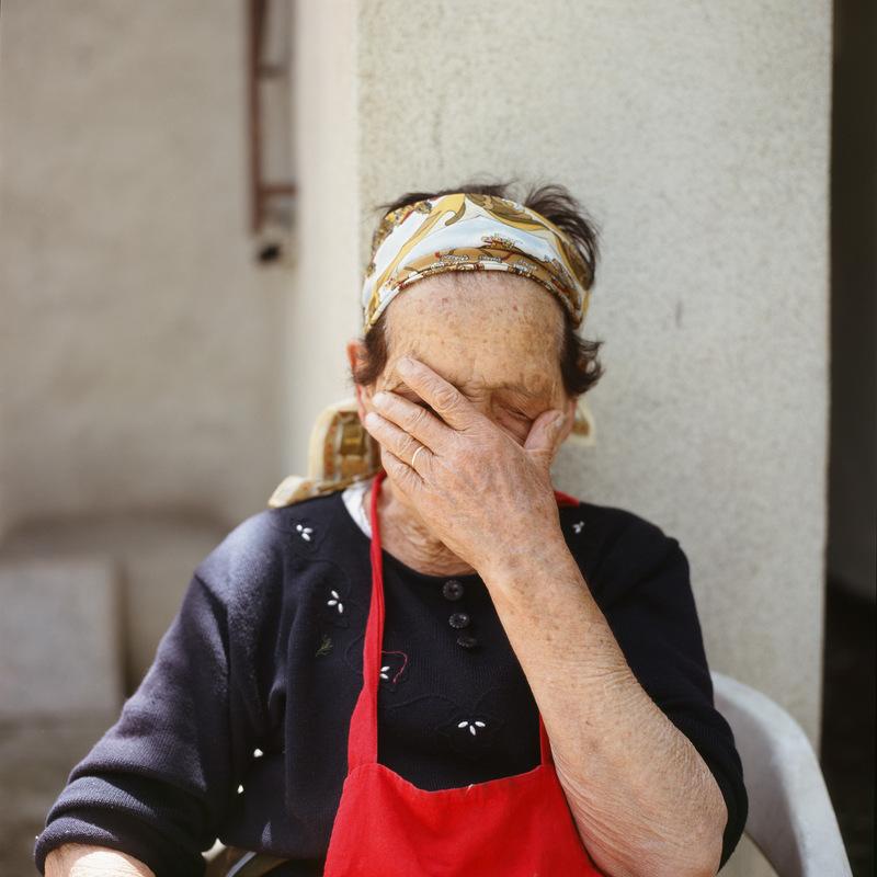 Luciana Caputo - Een van deze vrouwen is mijn oma Maria, ze is negenentachtig jaar en net als de rest van de vrouwen weduwe. Deze vrouwen leven naast elkaar, met elkaar maar tegelijkertijd ook zonder elkaar. Maria, Sarina, Catina en Nina zijn buurvrouwen van elkaar. Deze taaie vrouwen hebben ieder veel doorstaan en ieder hun eigen verhaal. De koppigheid die in hen zit, maakt deze vrouwen extra sterk. Ze hebben houvast aan het dagelijkse ritme dat het platteland hen geeft. ´Nonna con i suoi vicini´ laat een andere kant zien van het leven. Het leven van de sicilianen bestaat niet alleen maar uit grote luidruchtige families aan volle tafels met eten, het leven van deze vrouwen bestaat uit alleen eten. 2008